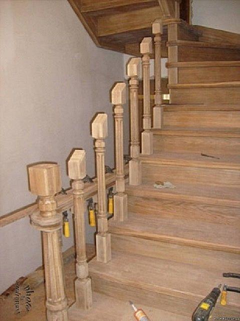 Балясины и опорные столбики должны быть точно выверены по вертикали