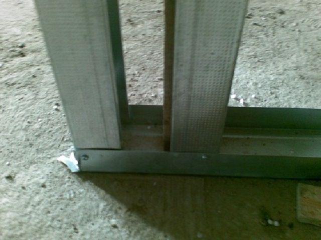 Усиливающая стойка около дверного проема