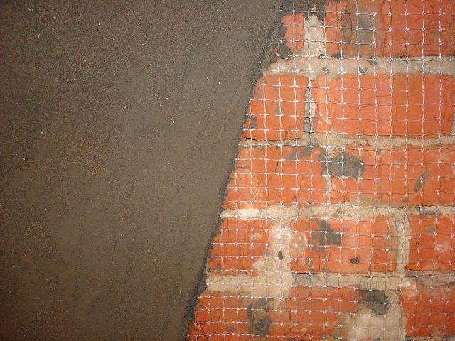 На кирпичные стены, как правило, наносятся штукатурки на цементной основе