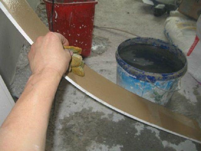 Смачивание поверхности насеченного гипсокартона