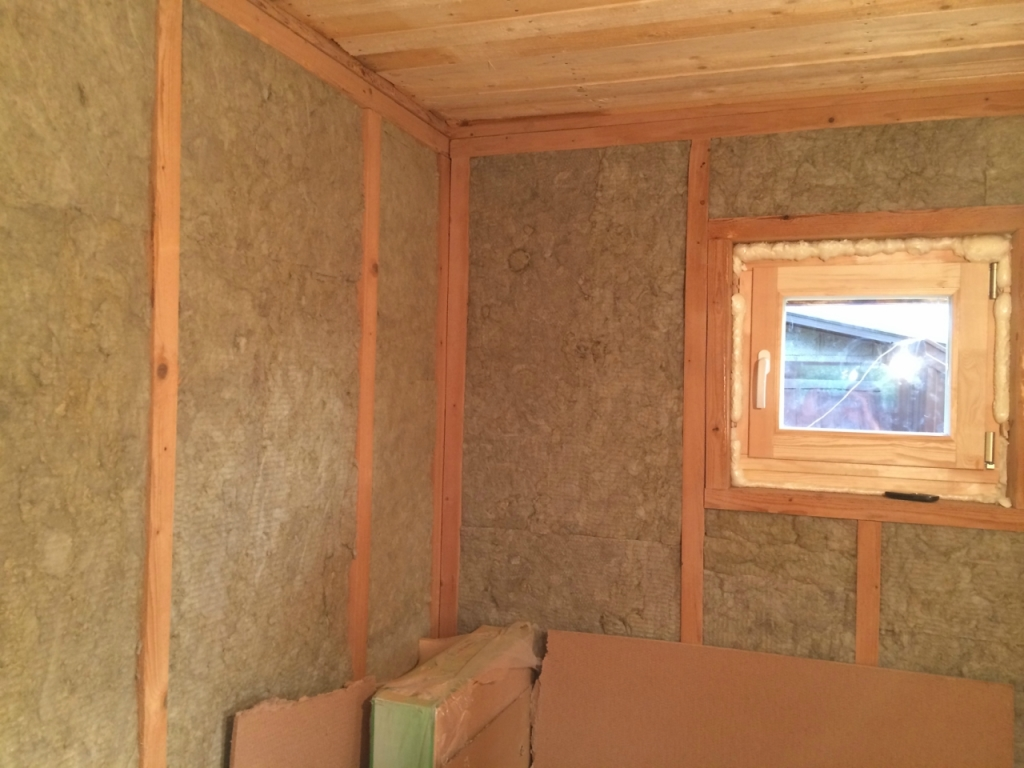 Видео установленное окно, теплоизоляцию и кусочек чернового потолка