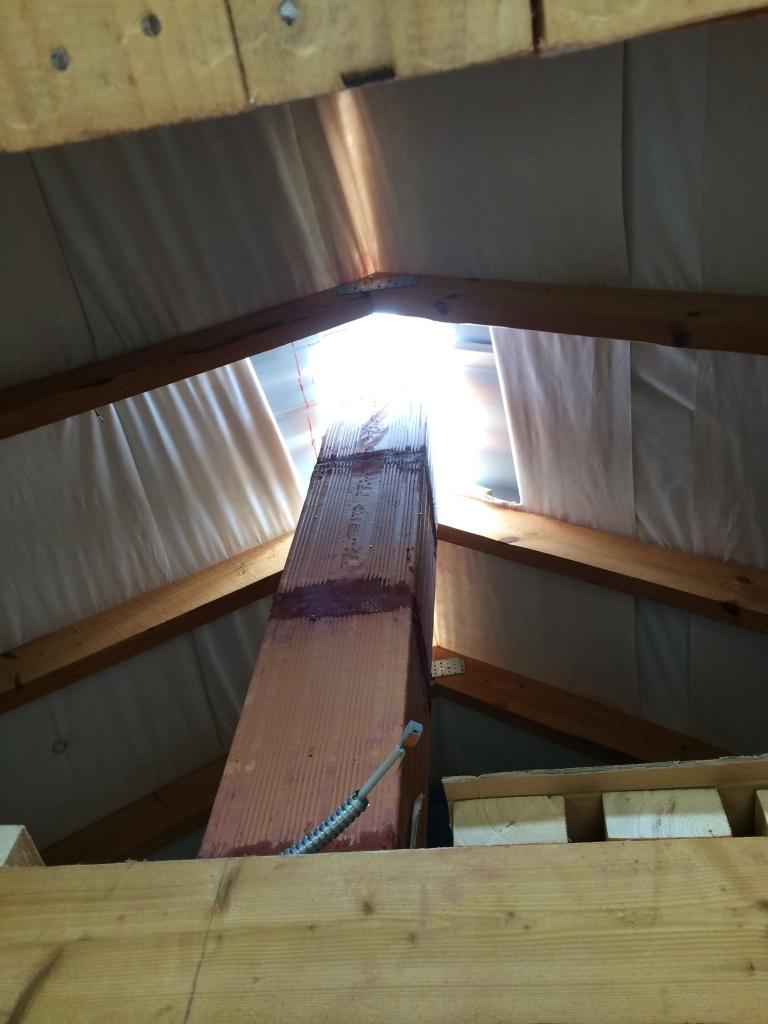 Видно, как труба проходит сквозь крышу
