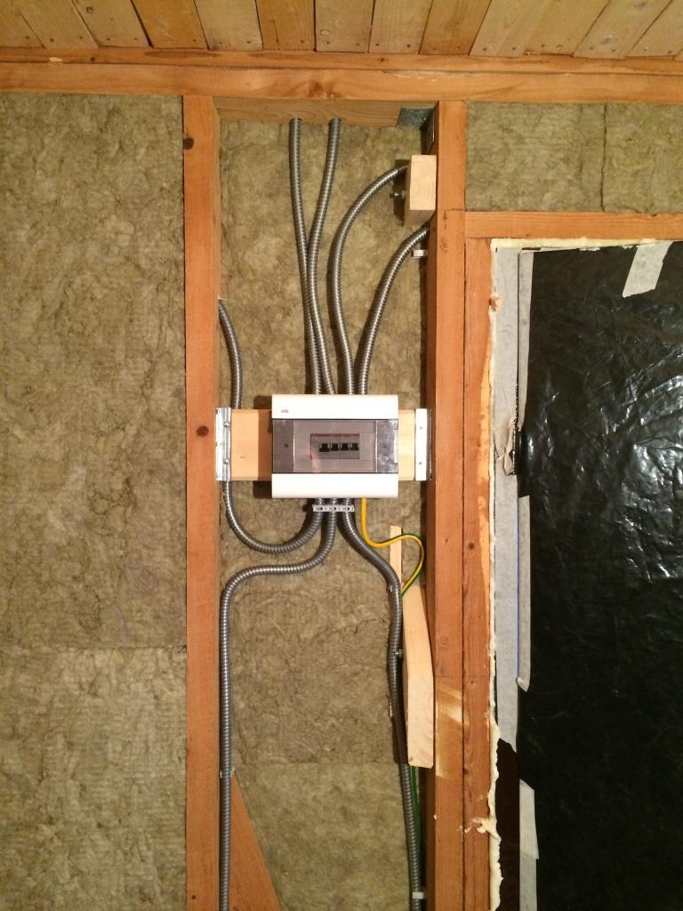 Вся проводка - в металлорукавах, соединения в коробках на клеммах. В щитке общее УЗО на 30 мА, далее 3 цепи
