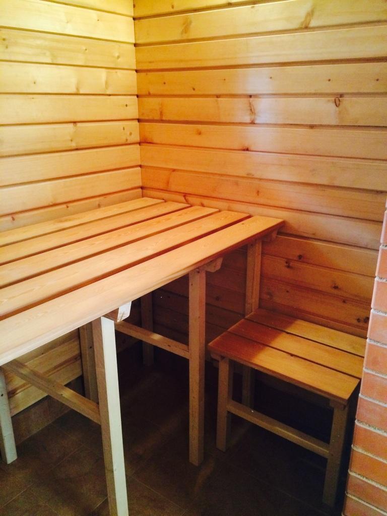 У печки соорудили столик для таза с вениками