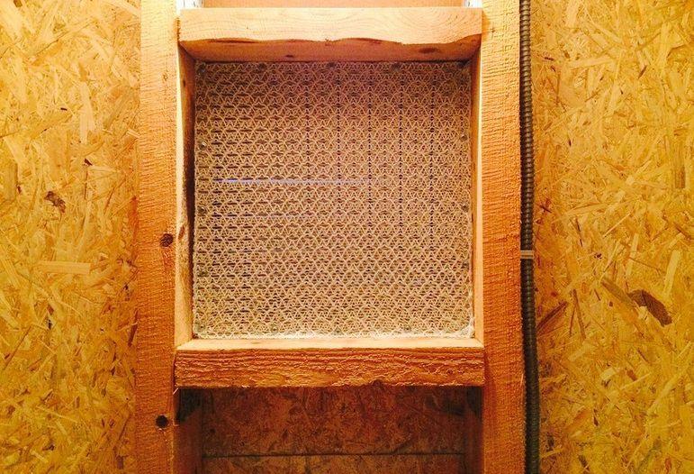 Слуховые окна закрыты сеткой, через которую не будет лететь снег, осы, птицы, но хорошо проходит воздух.