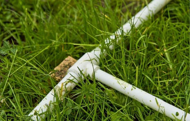 Легкий недорогой летний водопровод можно сделать из пластиковых труб