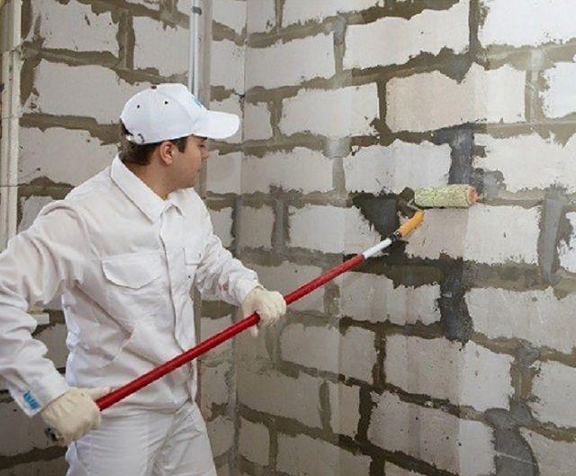 Грунтование стены перед наклеиванием ГКЛ