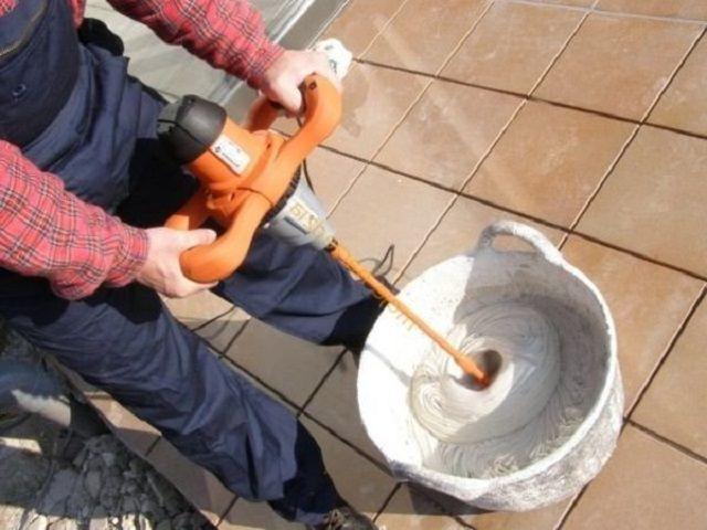 Приготовление клеевой массы с помощью строительного миксера