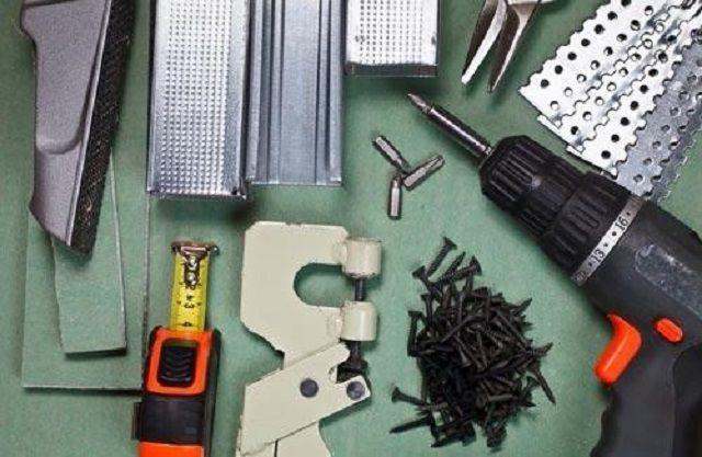 Для монтажа гипсокартона на стену потребуются определенные материалы, инструменты и принадлежности