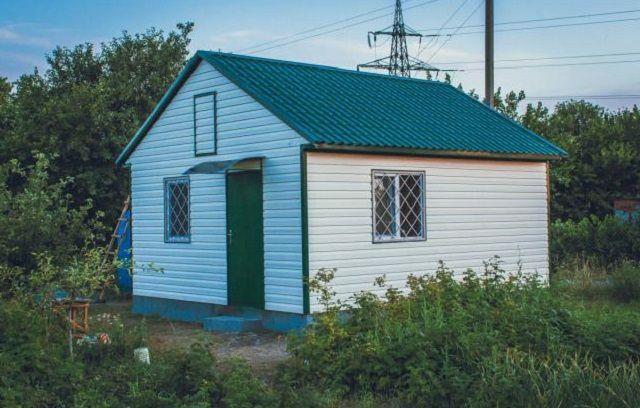 Сборный домик, построенный из готового комплекта деталей и узлов