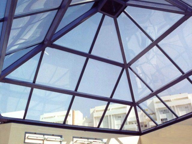По степени светопроницаемости поликарбонат может быть очень близок к стеклу