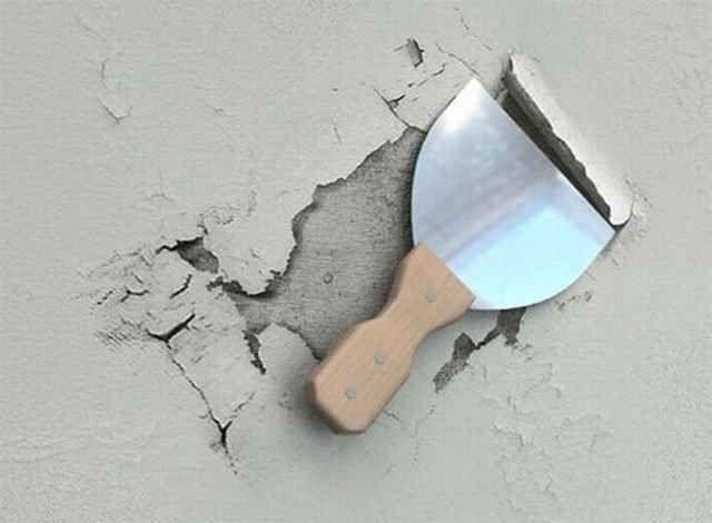 Очистка стены от старой штукатурки