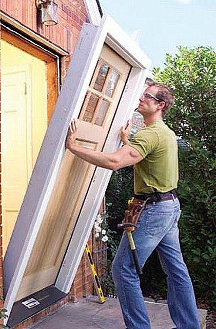 Дверь лучше всего устанавливать блоком - вместе с коробкой и полотном