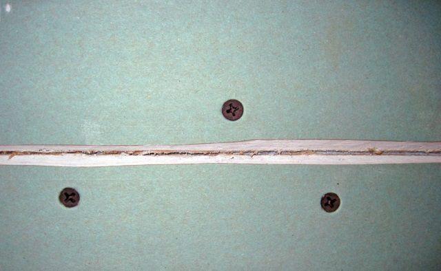 Если по краям фрагментов ГКЛ на стыках нет фаски, ее придется срезать самостоятельно