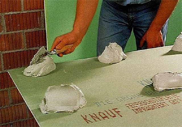 Горки клея , выложенные на лист ГКЛ