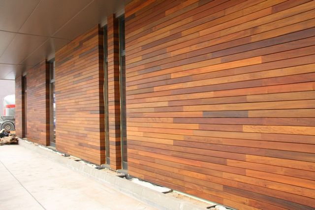 Стена, отделанная деревянным сайдингом