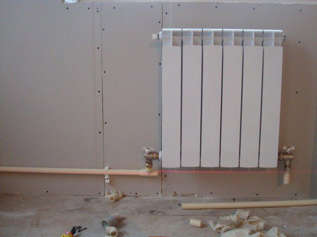 На стене - намеченная линия контура с небольшим уклоном
