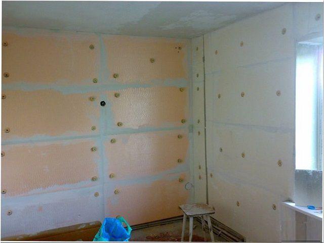 Узкие полости, остающиеся на стыке стен, заполняются монтажной пеной
