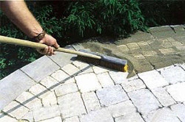 Прометание для заполнения швов цементно-песчаной смесью