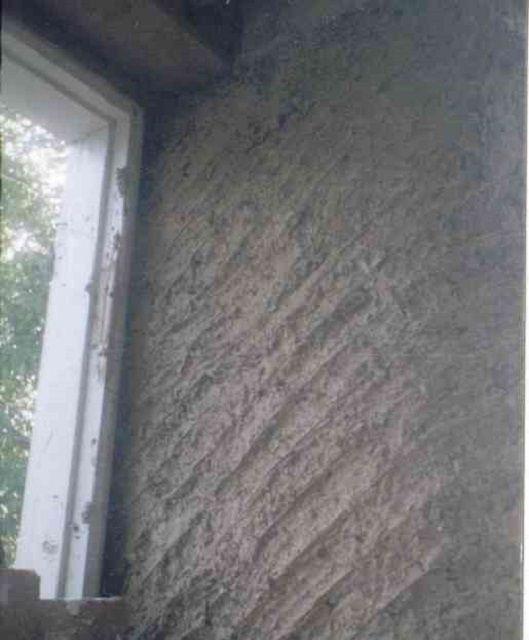 Стена, обмазанная глиняно-опилочным составом