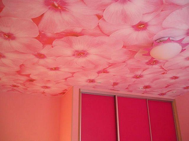 Потолки, оклеенные обоями, продолжают оставаться достаточно популярными