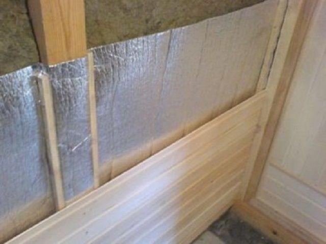 Слой фольгированного утеплителя и зашивка стены вагонкой