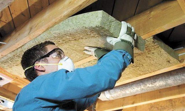 Укладка утеплителя между потолочными балками