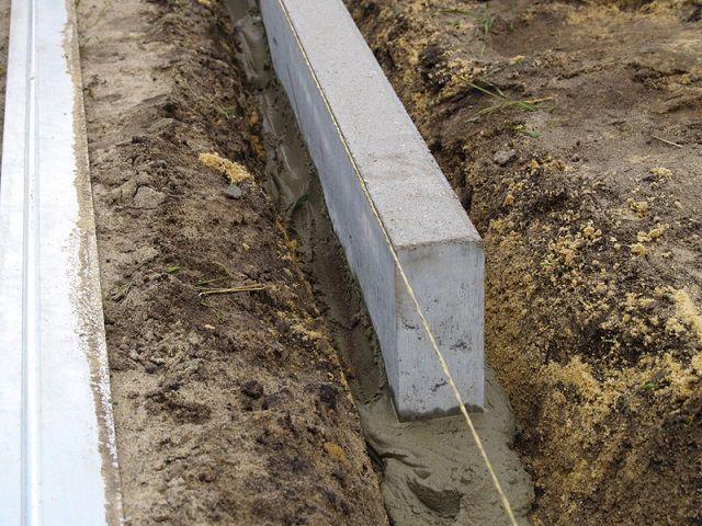 Установка бордюров на густой бетонный раствор
