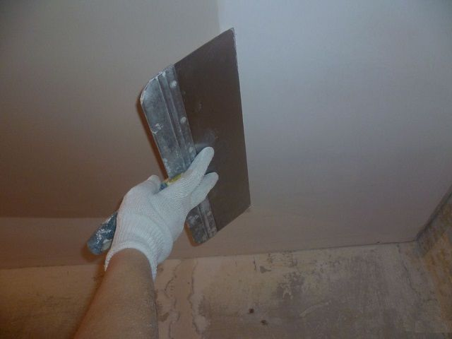 Финишная шпатлевка должна сделать потолок идеально ровным и гладким