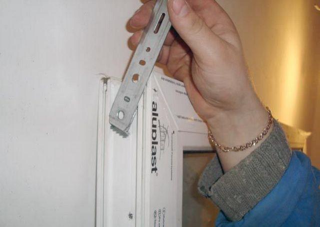 Пластина легко и прочно вставляется в пазы рамного профиля