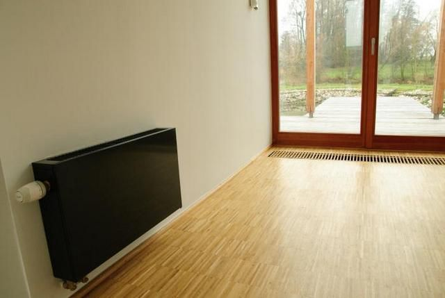 Пример использования двух типов конвекторов отопления - настенный и скрытый внутрипольный на входе