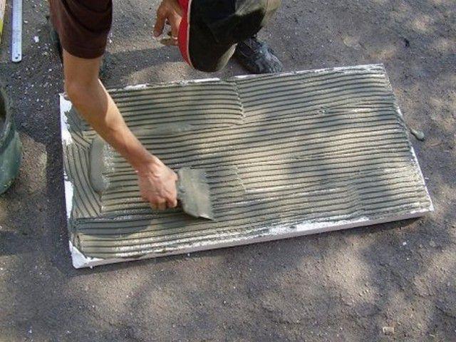 Плиты пенополистирола можно крепить на строительный клей