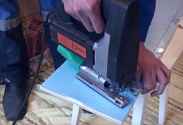 Раскрой пластиковой сэндвич-панели с помощью электролобзика