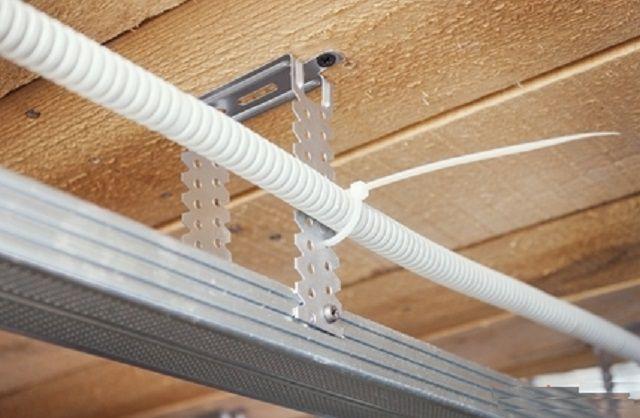 Провода в гофротрубке можно подвязать к подвесам или направляющим