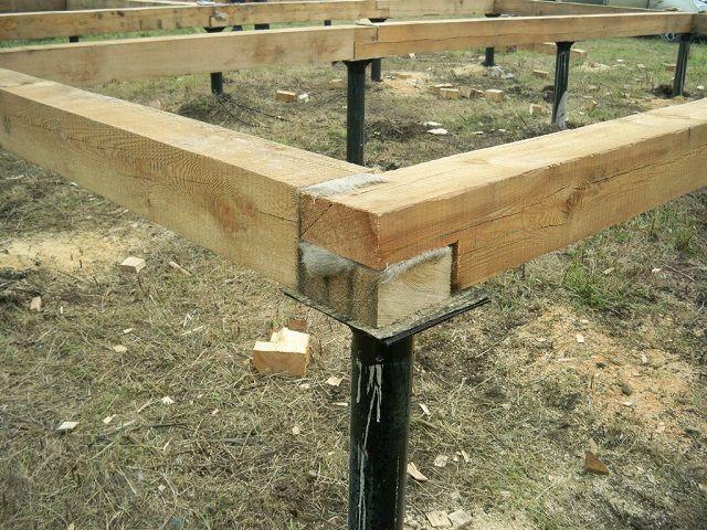 Балки нижнего обвязочного пояса на гидроизолированных монтажных площадках свайно-винтового фундамента