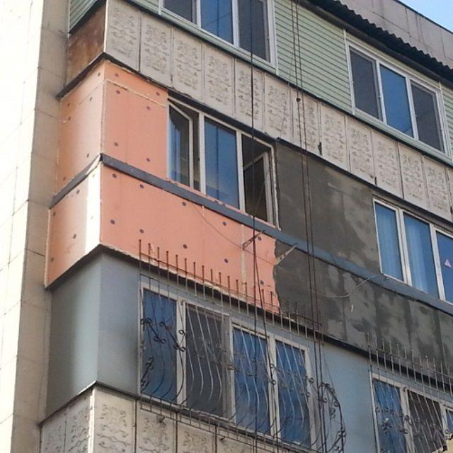 Материал легкий. не утяжеляет стен, поэтому его часто стали использовать для наружного утепления в многоэтажных домах