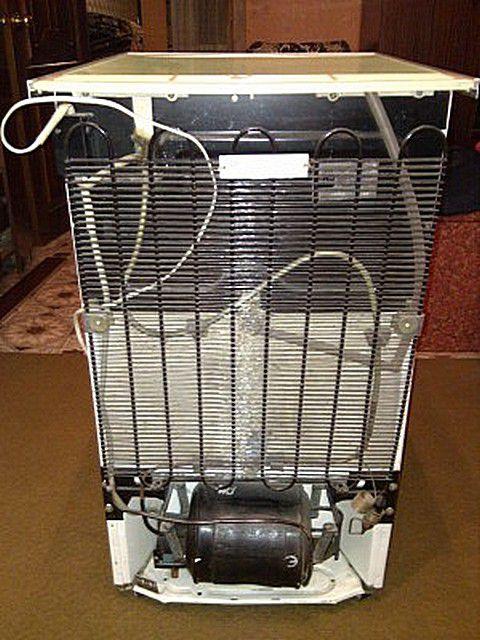 Прообраз теплового насоса - знакомый всем холодильник,  решетка конденсатора которого при работе нагревается.