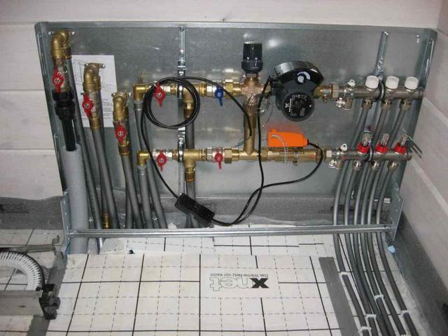 Нередко теплые водяные полы требуют сложного и громоздкого оборудования
