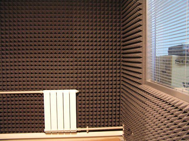 Стены помещения звуковой студии