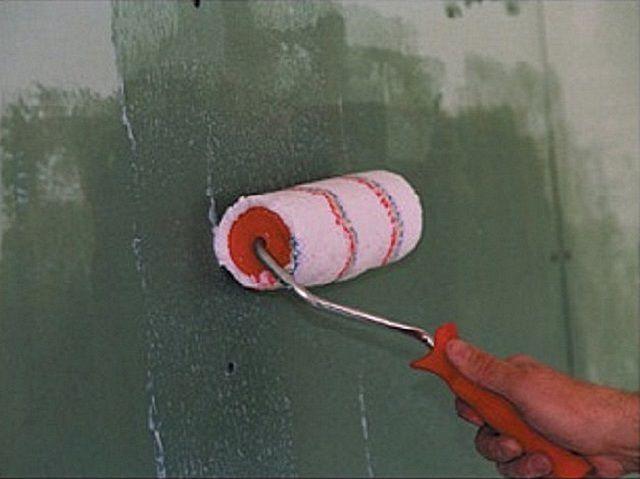 Нанесение грунтовки на поверхности  стен