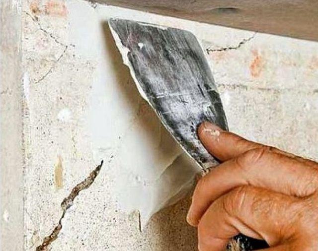 Заполнение изъяна стены ремонтным составом