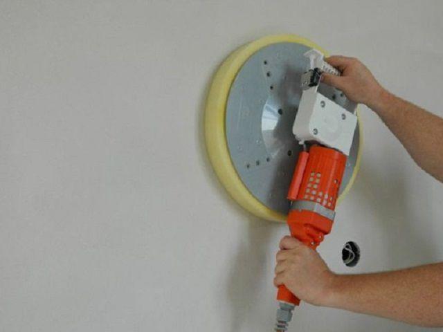 Затирка поверхности с помощью электрической шлифмашины