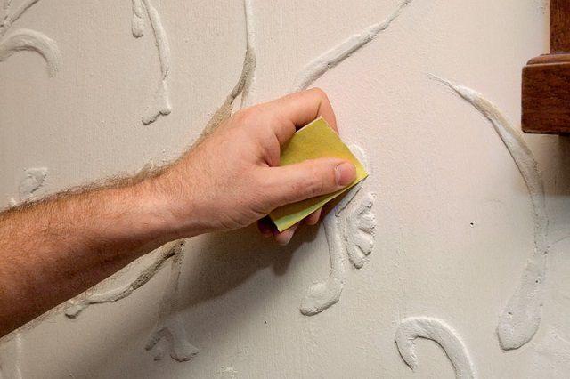 Финишная корректировка элементов рельефного рисунка мелкозернистой наждачной бумагой