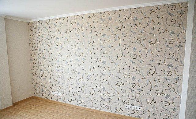 На качественно зашпатлеванную стену обои лягут ровно, без пузырей, перекосов и расхождения швов