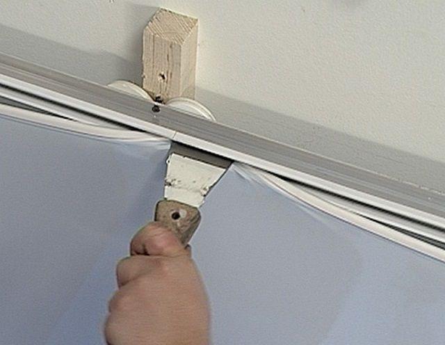 По завершении работ по звукоизоляции можно переходить к монтажу натяжного потолка