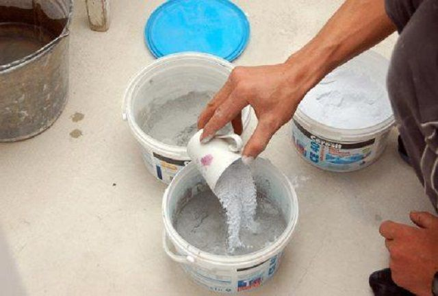 Важно - сухая смесь добавляется в воду, а никак не наоборот