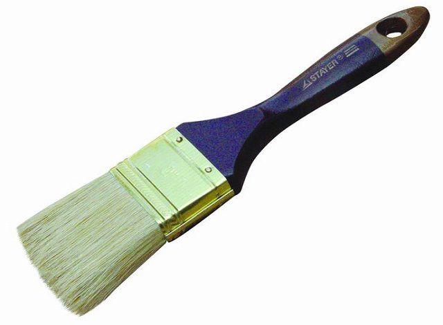 Кисточкой удобно очищать швы от мелкой пыли и увлажнять их  перед нанесением затирки