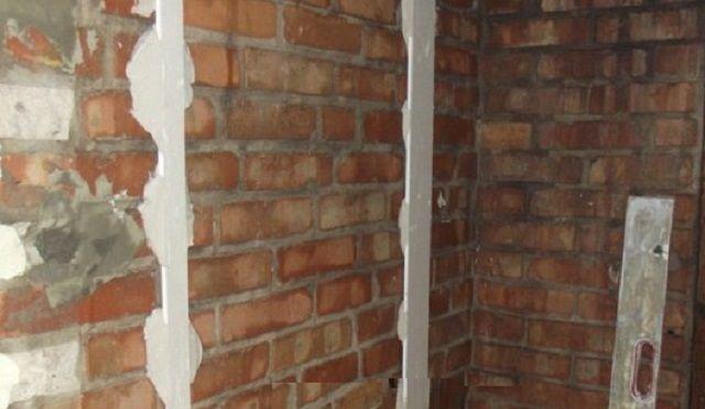 Приклеенные полосы становятся маячками ля установки листов гипсокартона