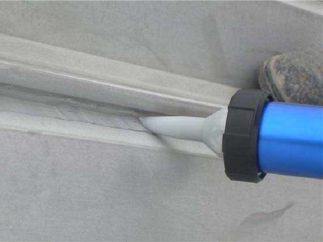 Нанесение клея-герметика перед установкой уголка