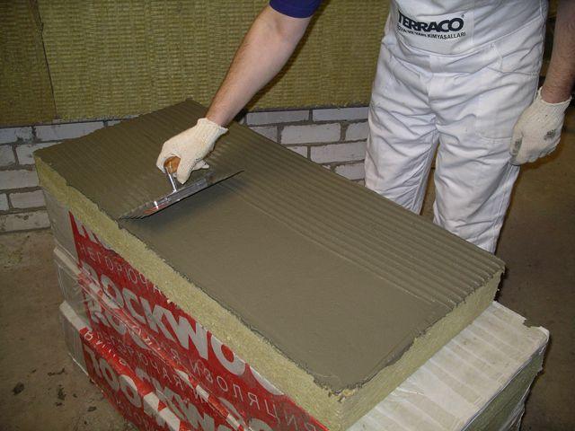 Распределение клея на цементной или гипсовой основе